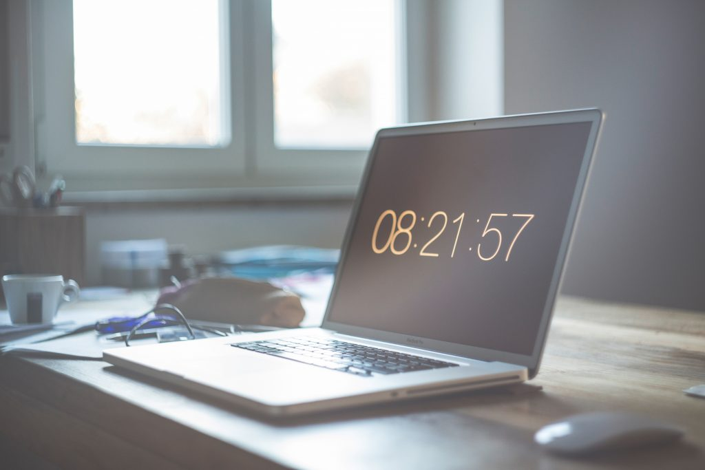 Laptop showing time 08:21:57; why freelancers shouldn't charge by the hour, Photo by Markus Spiske on Unsplash